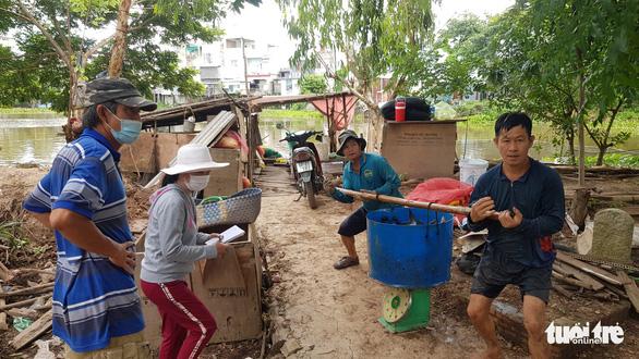 Một hộ dân bán rẻ cả hầm cá tra hơn 3 tấn cho gian hàng 0 đồng' ở Châu Đốc - Ảnh 2.