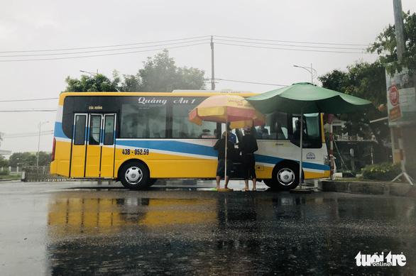 Đội mưa ngăn dịch từ cửa ngõ Đà Nẵng - Ảnh 4.