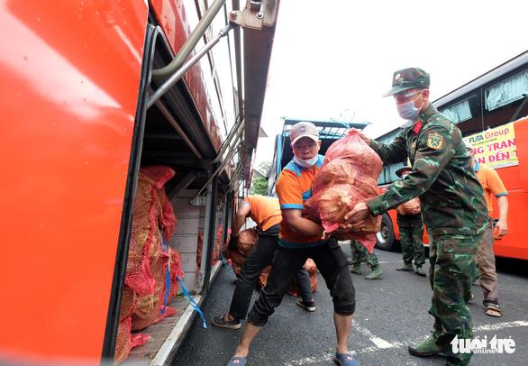 Mất mùa do mưa, Đà Lạt vẫn chuyển rau tặng TP.HCM, chở gấp đến bệnh viện - Ảnh 2.