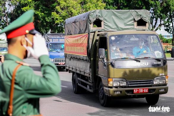Bộ Quốc phòng tiếp sức cho TP.HCM 100.000 phần quà, 4.000 tấn gạo - Ảnh 6.