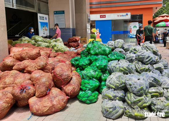 Mất mùa do mưa, Đà Lạt vẫn chuyển rau tặng TP.HCM, chở gấp đến bệnh viện - Ảnh 11.