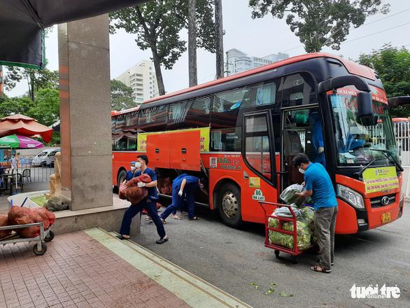 Mất mùa do mưa, Đà Lạt vẫn chuyển rau tặng TP.HCM, chở gấp đến bệnh viện - Ảnh 7.