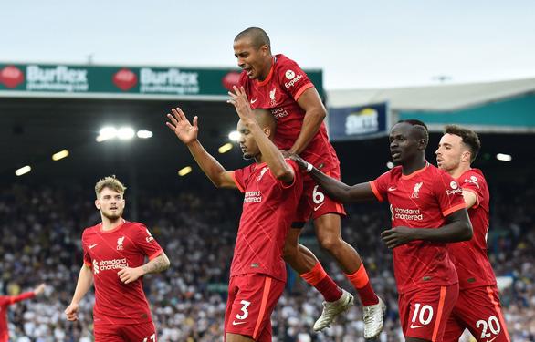 Salah ghi bàn thứ 100, Liverpool bắt kịp Man Utd, Chelsea trên ngôi đầu - Ảnh 2.