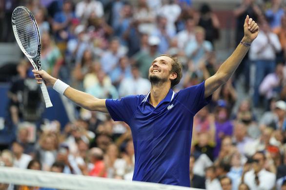 Thua trắng Medvedev, Djokovic chưa thể vượt mặt Federer và Nadal - Ảnh 1.