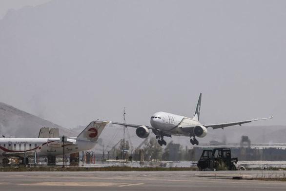 Chuyến bay thương mại đầu tiên tới Kabul dưới thời Taliban - Ảnh 1.