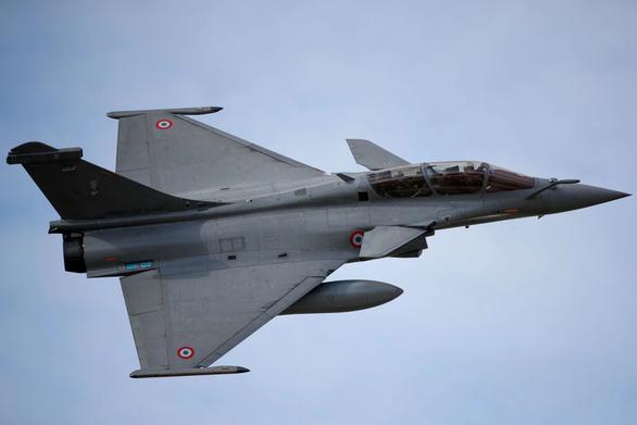 Không quân Pháp diễn tập đúng ngày 11-9, dân Paris tưởng có khủng bố - Ảnh 3.