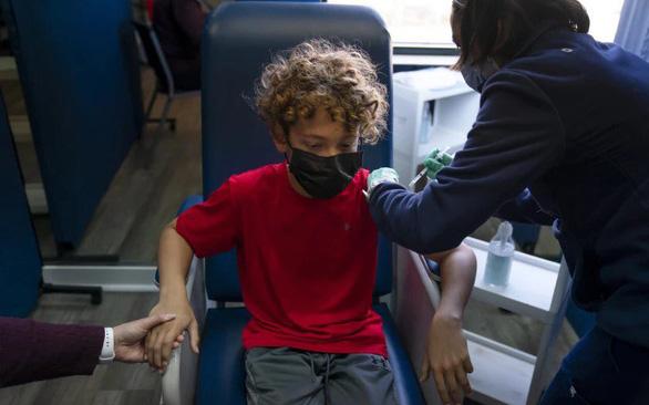 Phản ứng phụ khi tiêm vắc xin Pfizer mũi 2 cho bé trai - Ảnh 1.