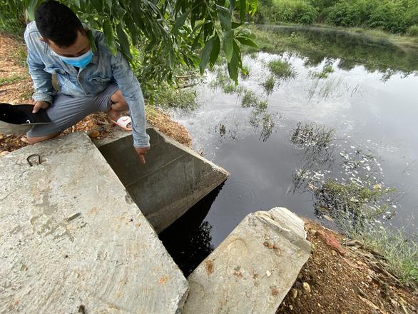 Nước đen ngòm chảy xuống ruộng, dân bức xúc kéo tới khu xử lý rác - Ảnh 6.