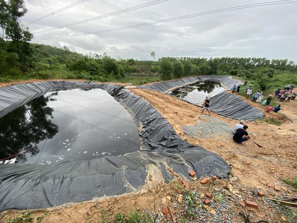 Nước đen ngòm chảy xuống ruộng, dân bức xúc kéo tới khu xử lý rác - Ảnh 5.