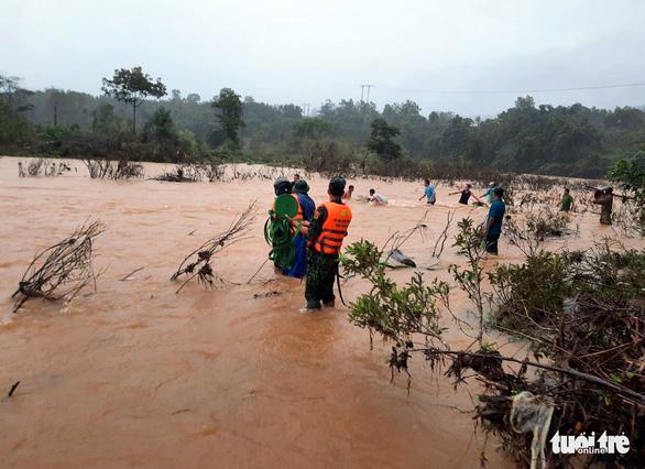 Còn 12 người đi rừng chưa liên lạc được sau bão ở Huế - Ảnh 1.