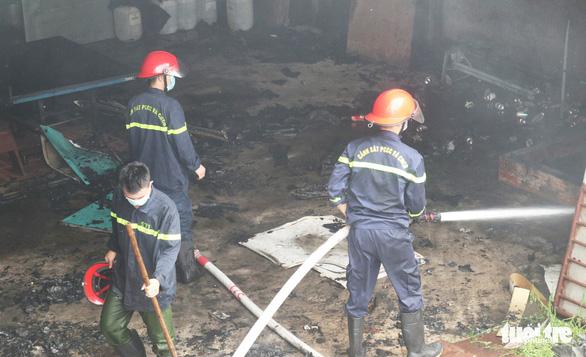 Cháy nhà kho khu cách ly F1 ở khách sạn, khói lửa bao trùm chục mét - Ảnh 3.