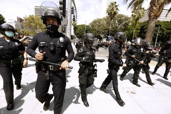 Mỹ bắt buộc tiêm chủng COVID-19: Cảnh sát đâm đơn kiện, nhân viên y tế nghỉ việc - Ảnh 1.