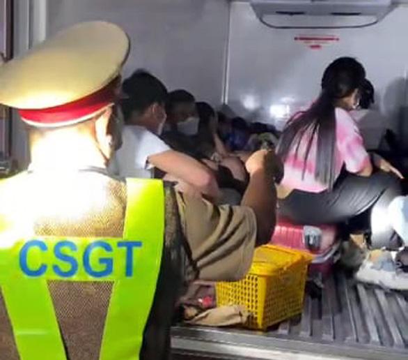 Vì sao xe tải nhét 15 người trong thùng đông lạnh thông chốt dễ dàng? - Ảnh 1.
