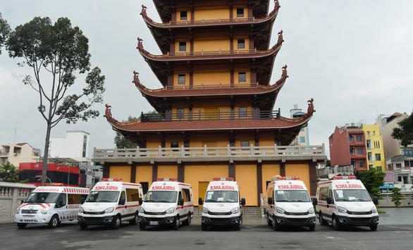 Thêm 10 xe cứu thương cho các bệnh viện điều trị COVID-19 - Ảnh 1.