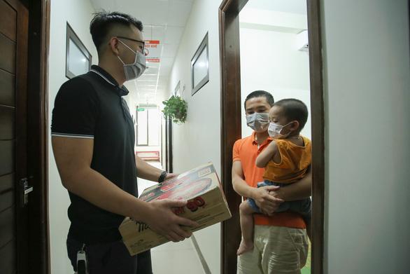 Hà Nội hỗ trợ 500.000 đồng cho người không hộ khẩu, chưa đăng ký tạm trú - Ảnh 1.