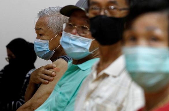 Ca COVID-19 tăng, Singapore bắt đầu tiêm liều bổ sung vắc xin - Ảnh 1.