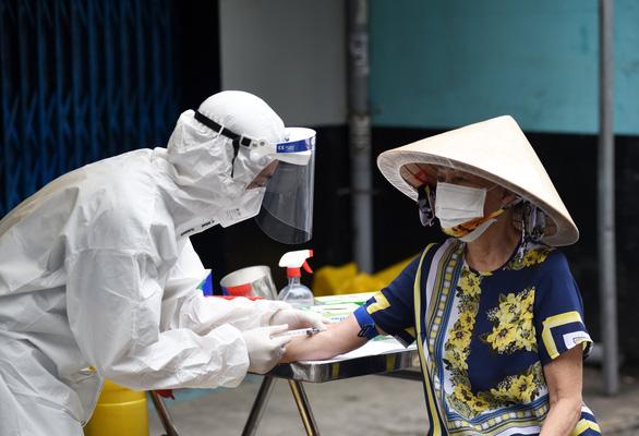 Xét nghiệm kháng thể cho người dân 6 phường ở Phú Nhuận và Bình Thạnh - Ảnh 2.