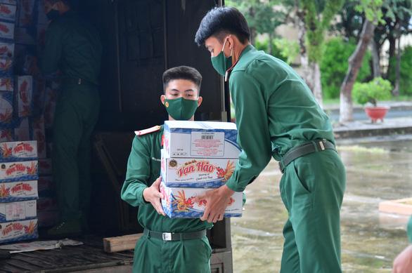 Bộ tư lệnh TP.HCM tặng quà giúp Kiên Giang chống dịch - Ảnh 1.