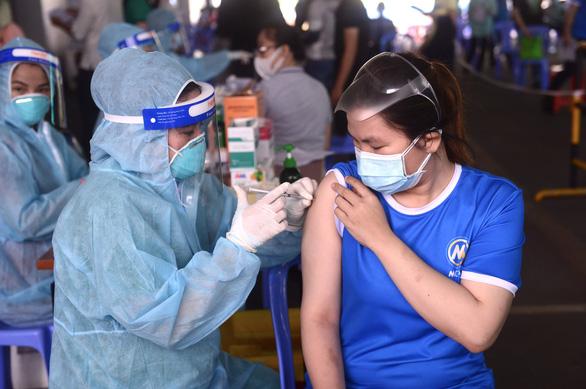 TP.HCM nhắc nhở điểm tiêm từ chối tiêm mũi 2 cho người đã tiêm mũi 1 nơi khác - Ảnh 1.