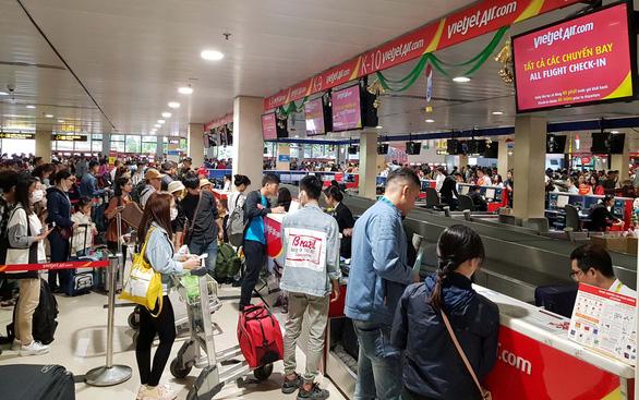 Công nhân lo không còn được đi vé máy bay giá rẻ - Ảnh 1.