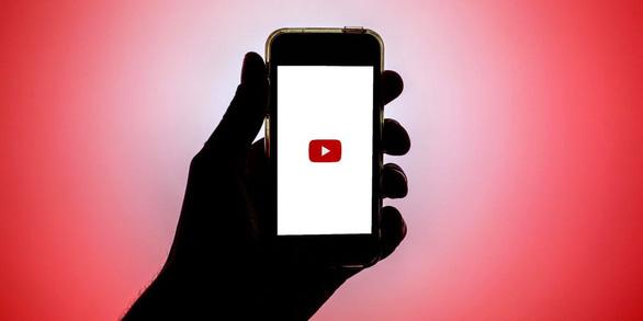 Vì sao bà mẹ tự xóa tài khoản YouTube hơn 500.000 người theo dõi sau khi bị chỉ trích? - Ảnh 1.
