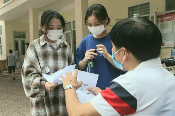Tiền hỗ trợ đến với sinh viên nghèo, lao động không tạm trú ở Hà Nội - Ảnh 1.