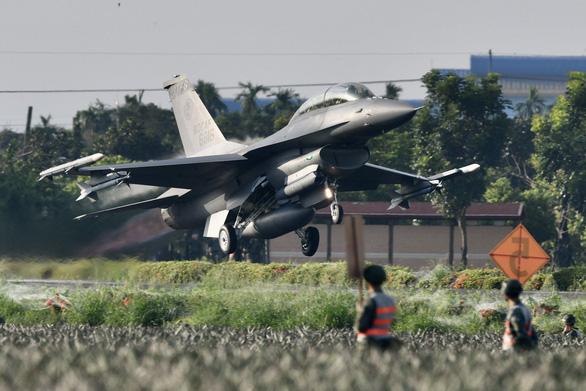 Máy bay chiến đấu Đài Loan thử sức trên đường cao tốc - Ảnh 1.