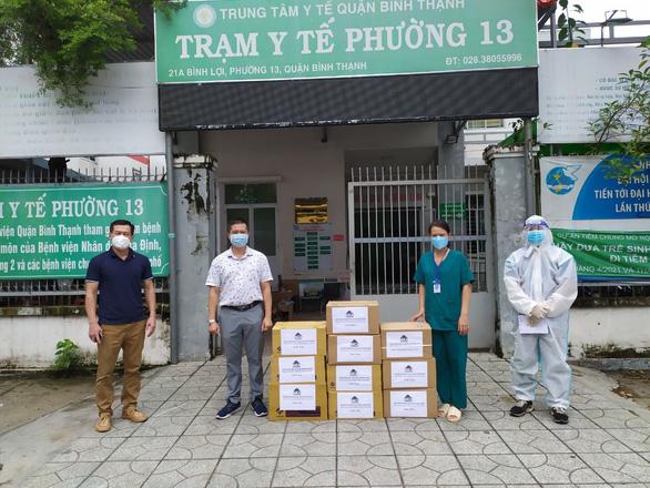 Tặng hàng ngàn túi thuốc điều trị cho COVID-19 - Ảnh 1.