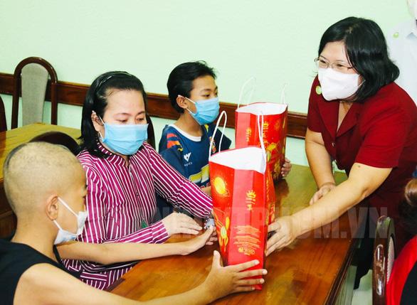 Đoàn đại biểu Quốc hội TP.HCM tặng quà trung thu cho các bệnh nhi - Ảnh 1.