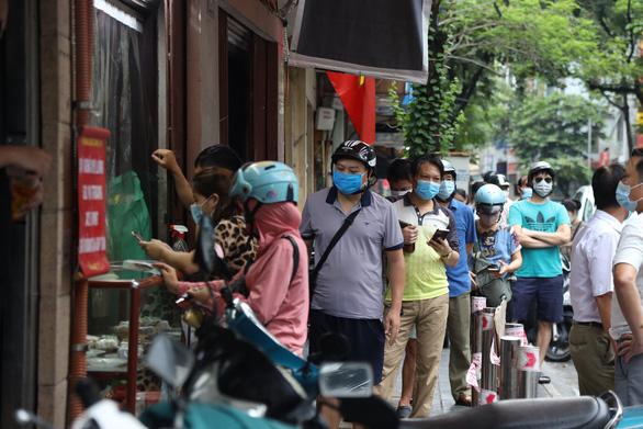 Tiệm bánh trung thu nổi tiếng Hà Nội phải đóng cửa vì... khách không giãn cách - Ảnh 2.