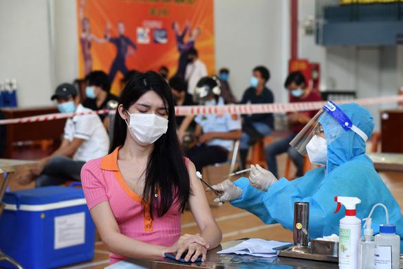 TP.HCM tăng tốc tiêm vét vắc xin ngày cuối trong an toàn, trật tự - Ảnh 1.