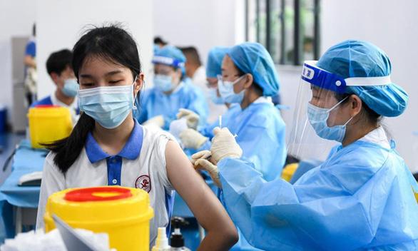 Trong 2 tháng, Trung Quốc tiêm ngừa COVID-19 gần đủ cho học sinh trung học - Ảnh 1.