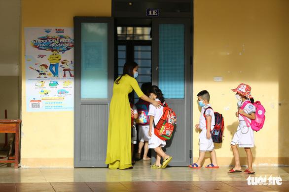 500.000 học sinh Bình Dương nhập học trực tuyến, 150.000 học sinh Hà Tĩnh trở lại trường học - Ảnh 3.