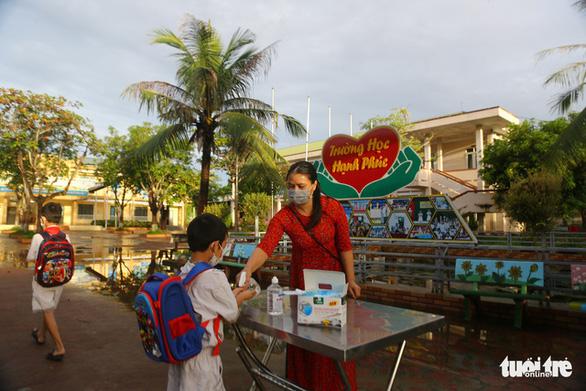 500.000 học sinh Bình Dương nhập học trực tuyến, 150.000 học sinh Hà Tĩnh trở lại trường học - Ảnh 4.