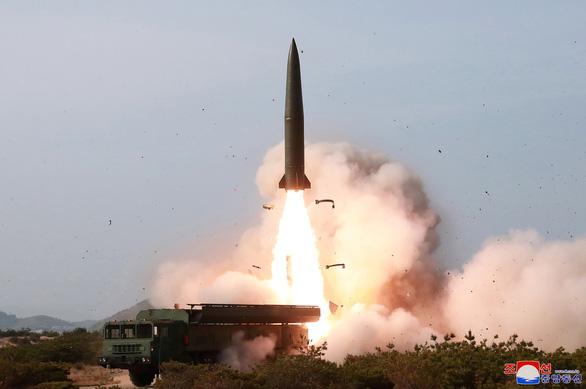 Ông Vương Nghị đang thăm Hàn Quốc, Triều Tiên bất ngờ bắn 2 tên lửa đạn đạo ra biển - Ảnh 1.