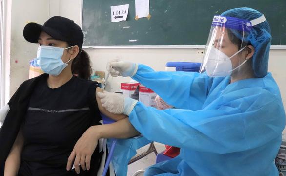 HỎI - ĐÁP về dịch COVID-19: Tiêm mũi 2 vắc xin AstraZeneca sau 6 tuần, có sao không? - Ảnh 1.