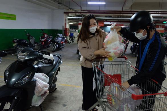 Người dân quận 7 mừng rỡ đi siêu thị, quán ăn liên tục chốt đơn qua app - Ảnh 3.