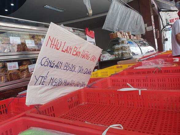 Người dân TP.HCM xếp hàng chờ cả tiếng đồng hồ để được mua bánh trung thu - Ảnh 2.