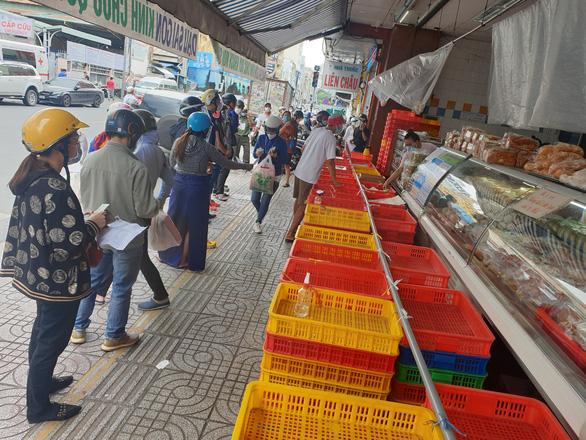 Người dân TP.HCM xếp hàng chờ cả tiếng đồng hồ để được mua bánh trung thu - Ảnh 3.