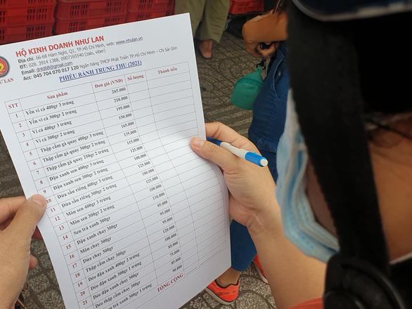 Người dân TP.HCM xếp hàng chờ cả tiếng đồng hồ để được mua bánh trung thu - Ảnh 4.