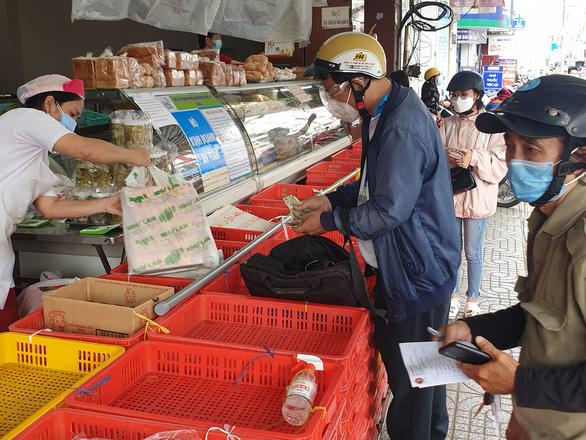 Người dân TP.HCM xếp hàng chờ cả tiếng đồng hồ để được mua bánh trung thu - Ảnh 1.