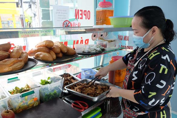 Người dân quận 7 mừng rỡ đi siêu thị, quán ăn liên tục chốt đơn qua app - Ảnh 6.
