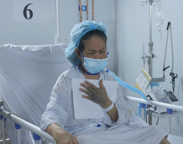 Sinh nhật dã chiến đong đầy nước mắt nhớ thương nơi điều trị COVID-19 - Ảnh 2.