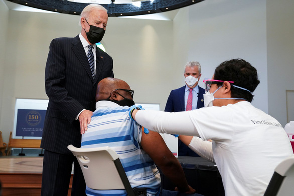 Chính quyền Mỹ muốn tiêm vắc xin mũi 3, cơ quan y tế chưa gật đầu - Ảnh 1.