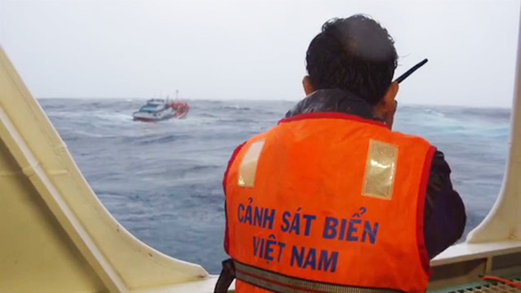 Vượt sóng dữ cứu ngư dân - Ảnh 3.