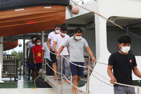 Vượt sóng dữ cứu ngư dân - Ảnh 4.
