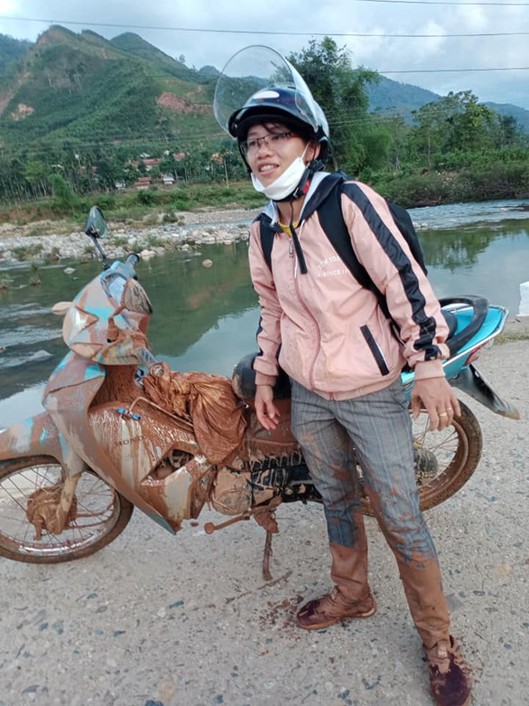 Cô giáo vào làng gieo chữ, ngã xe bùn bê bết vẫn cười: Mình không đi thì ai dạy bọn trẻ - Ảnh 3.