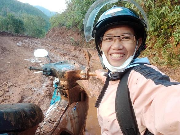 Cô giáo vào làng gieo chữ, ngã xe bùn bê bết vẫn cười: Mình không đi thì ai dạy bọn trẻ - Ảnh 1.