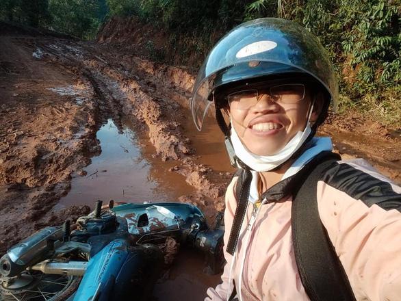 Cô giáo vào làng gieo chữ, ngã xe bùn bê bết vẫn cười: Mình không đi thì ai dạy bọn trẻ - Ảnh 8.