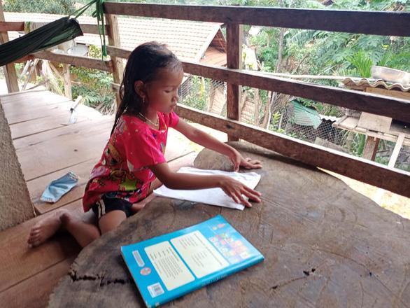 Cô giáo vào làng gieo chữ, ngã xe bùn bê bết vẫn cười: Mình không đi thì ai dạy bọn trẻ - Ảnh 7.
